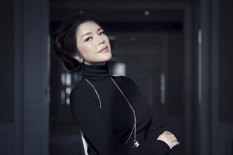 Lần này, Lý Nhã Kỳ chọn lối trang điểm trong suốt với làn da glow đúng kiểu Hàn Quốc, màu son môi hồng đất nhẹ nhàng và sang trọng rất hợp với gương mặt của cô.
