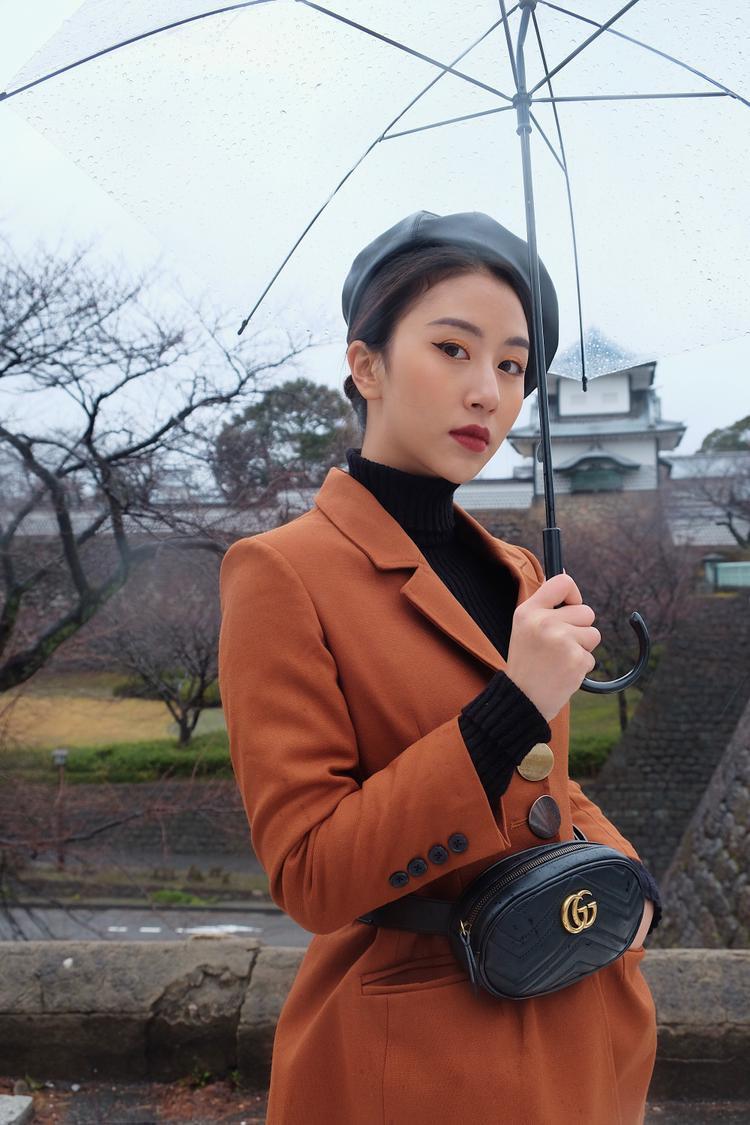 Trong một diễn biến khác, Quỳnh Anh Shyn đang tận hưởng kỳ nghỉ ở đất nước Nhật Bản. Mỗi lần Quỳnh Anh Shyn xuất hiện là mọi người phải trầm trồ vì tài make up của cô nàng ngày một lên tay. Diện bộ đồ nào, cô nàng chọn nay tone make up phù hợp, tuyệt đối không có chuyện lệch tông lạc quẻ.