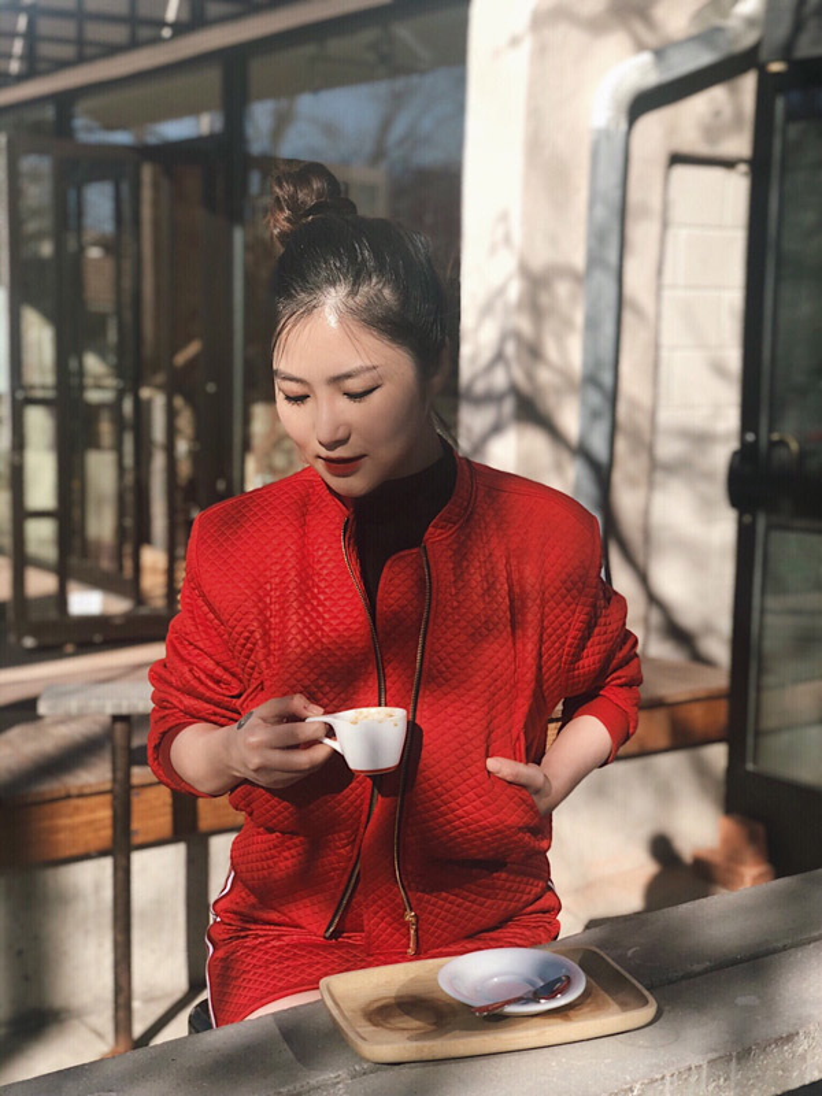 Búi tóc lệch trẻ trung, Hương Tràm chọn màu son đỏ đất nổi bật tôn làn da trắng hồng của cô.