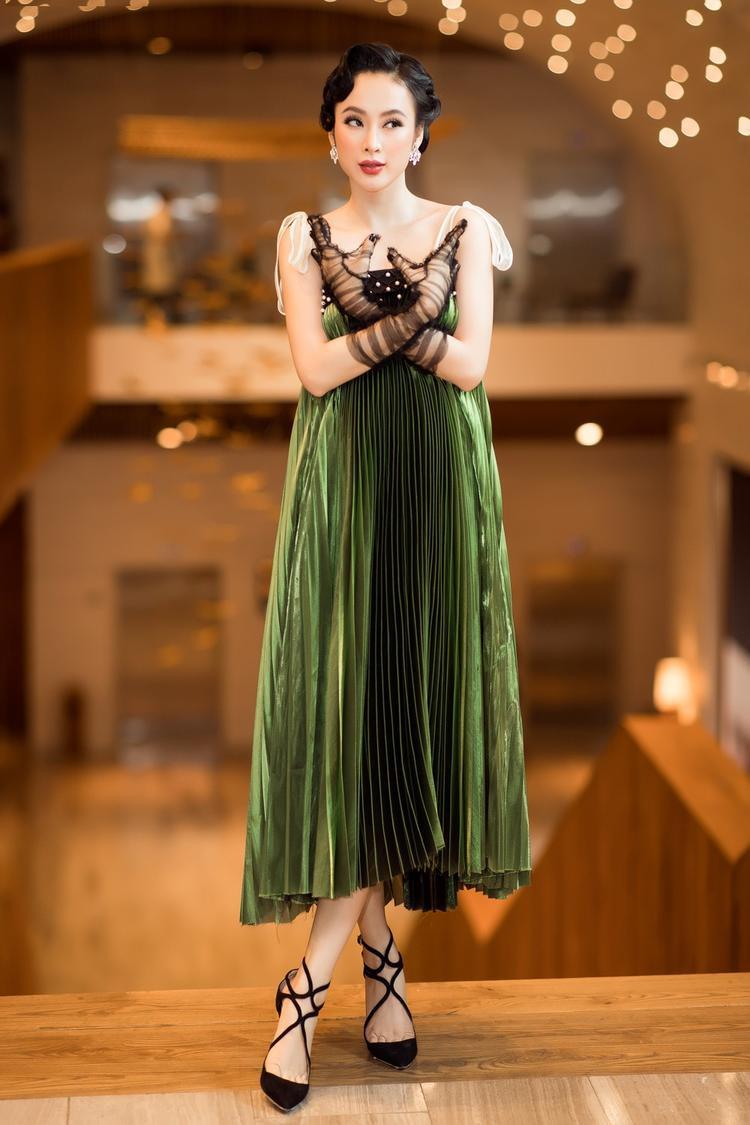Diện bộ váy xòe của những quý cô thập niên 80, Angela Phương Tinh gây thu hút nhưng thực sự nhiều người vẫn nhớ vẻ đẹp trẻ trung bốc lửa cô gái này.