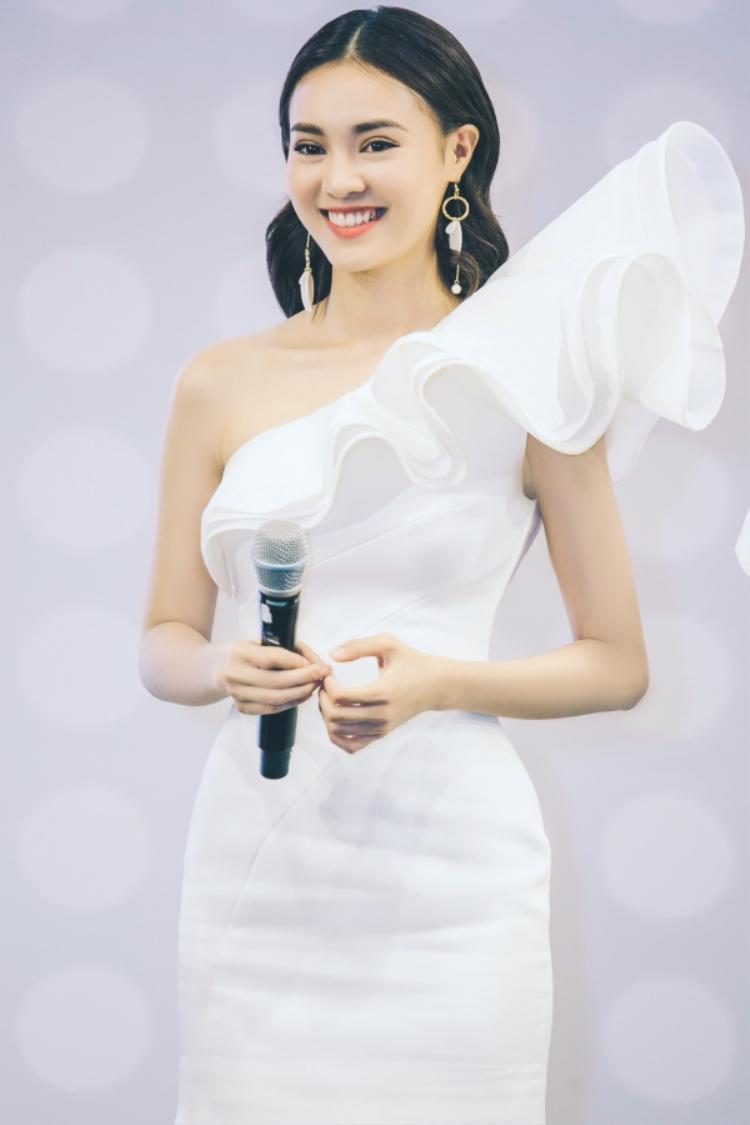Trong một sự kiện mới đây, Ninh Dương Lan Ngọc cũng đã có phần xuất hiện nổi bật thu hút nhiều ống kính. Cô gái luôn tràn đầy năng lượng với nụ cười tươi tắn sử dụng màu son cam trẻ trung và trang điểm trong suốt tôn vẻ đẹp tự nhiên.