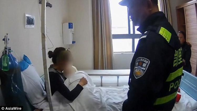 Cả hai mẹ con đang được chăm sóc tại bệnh viện. Ảnh: AsiaWire