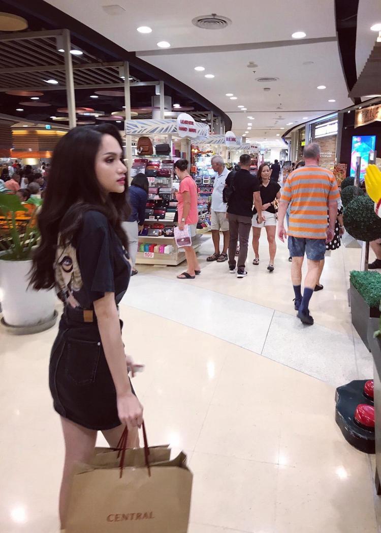 Tân Hoa hậu Chuyển giới Quốc tế tranh thủ thời gian nghỉ ngơi đi mua sắm trước khi bắt đầu vào công việc.
