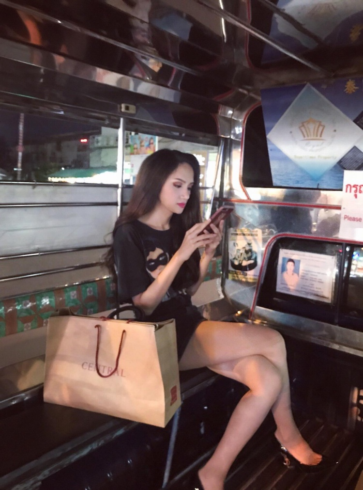 Hương Giang chọn phương tiện công cộng để di chuyển tại Pattaya.