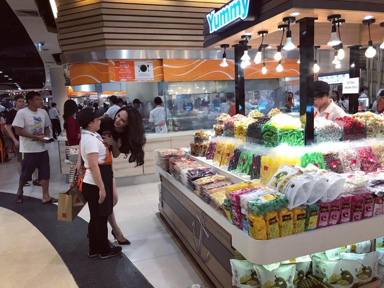 Hoa hậu Hương Giang đi mua sắm bằng phương tiện công cộng, được người hâm mộ săn đón tại Thái Lan