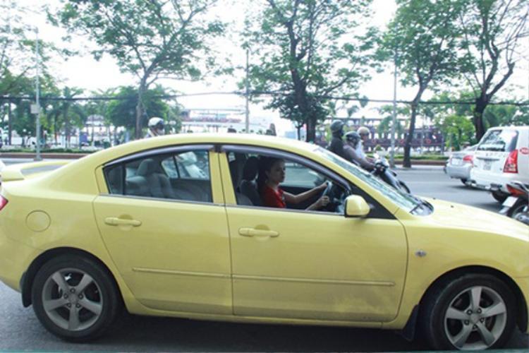 Trước đó, có một thời gian Hương Giang dùng mẫu xe Mazda 3. Đây là dòng xe bình dân thời điểm đó có giá trên dưới 700 triệu đồng.