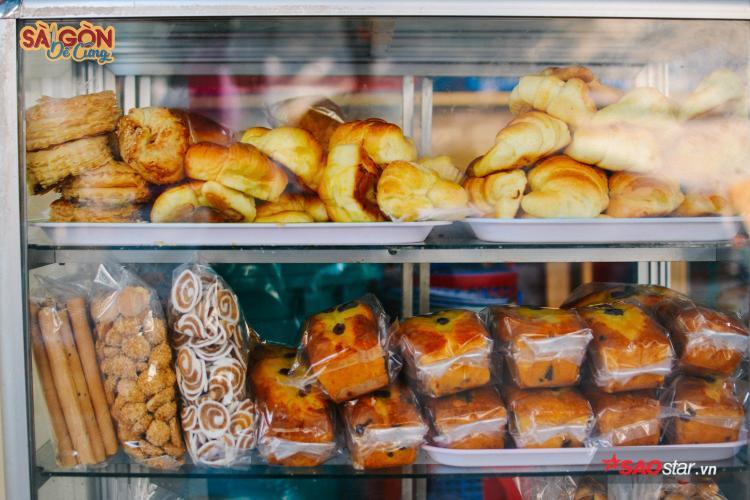 Những chiếc bánh ngọt, mặn có giá bình dân 8 nghìn đồng.