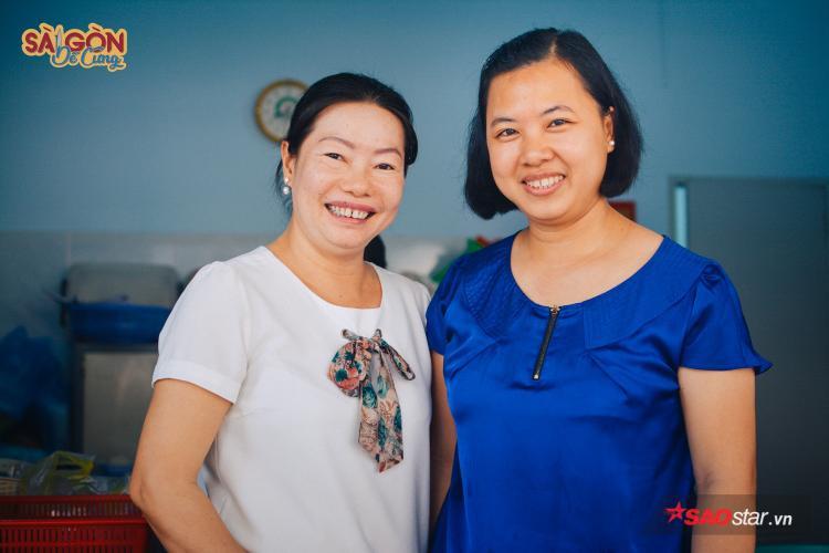 """Chủ quán là hai chị em, chị lớn tên Lan (40 tuổi), nhỏ tên Dương (36 tuổi), mấy mươi năm bán sữa, hai chị chửa chồng con vẫn cứ """"kệ"""", mặt cười vui vẻ."""
