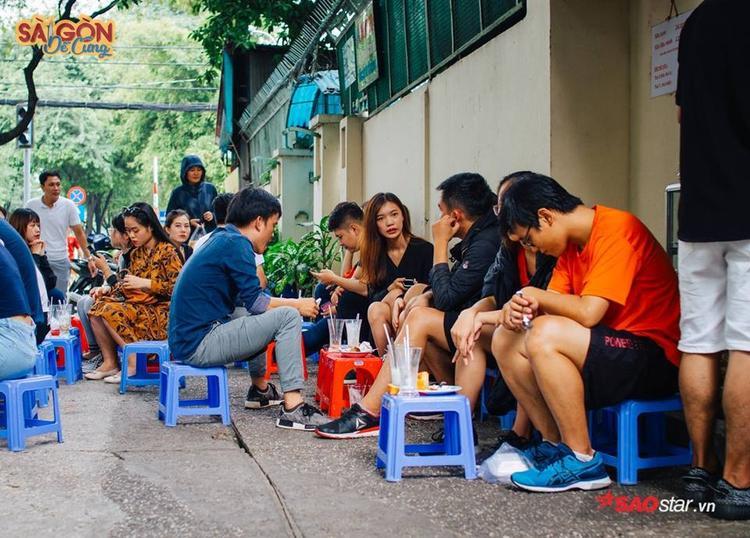 Giới trẻ thì lại thích lân la ở vỉa hè, nhìn ngắm thành phố mình sáng sớm ôi sao giản dị quá!