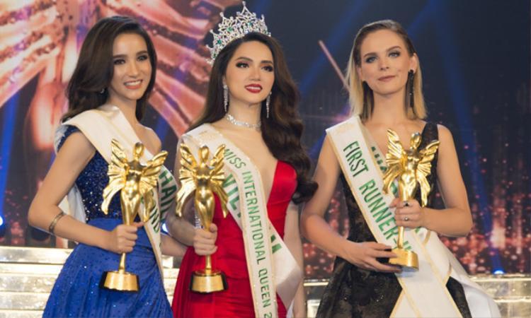 Hương Giang Idol (người ở giữa) giành danh hiệu Hoa hậu chuyển giới quốc tế 2018.