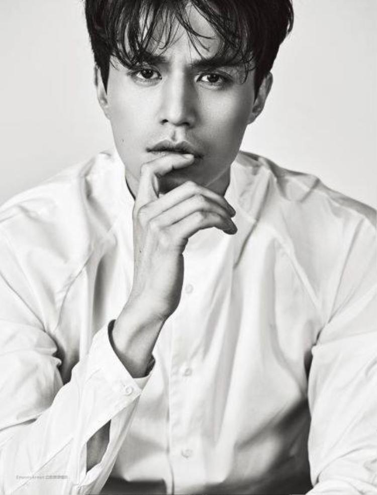 Tháng năm chỉ làm tăng độ đẹp trai của Lee Dong Wook mà thôi, ngoài ra không thể làm gì ảnh hưởng tới nhan sắc của anh.