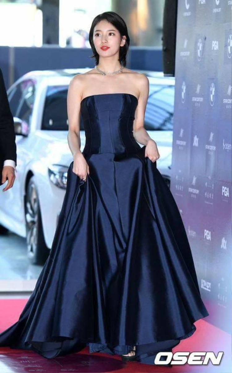 Cầu kì lắm thì cô nàng chỉ diện một chiếc váy cúp ngực nhưng không hề phô phang như thế này.
