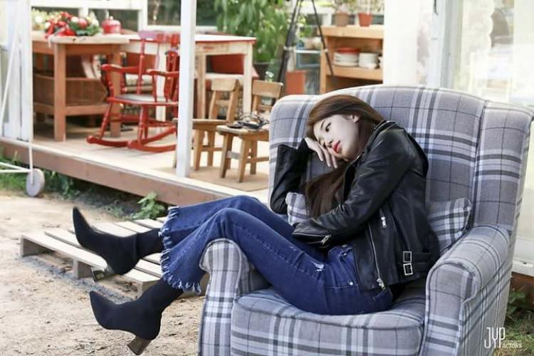 Thời trang yêu thích của Suzy là những chiếc quần jeans trơn màu nhưng khoe được đôi chân thon dài