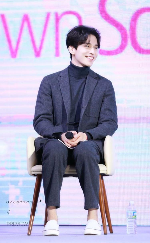 Khi giao lưu với fan hâm mộ, Lee Dong Wook vẫn sử dụng trang phục yêu thích số 1 trong lòng mình.