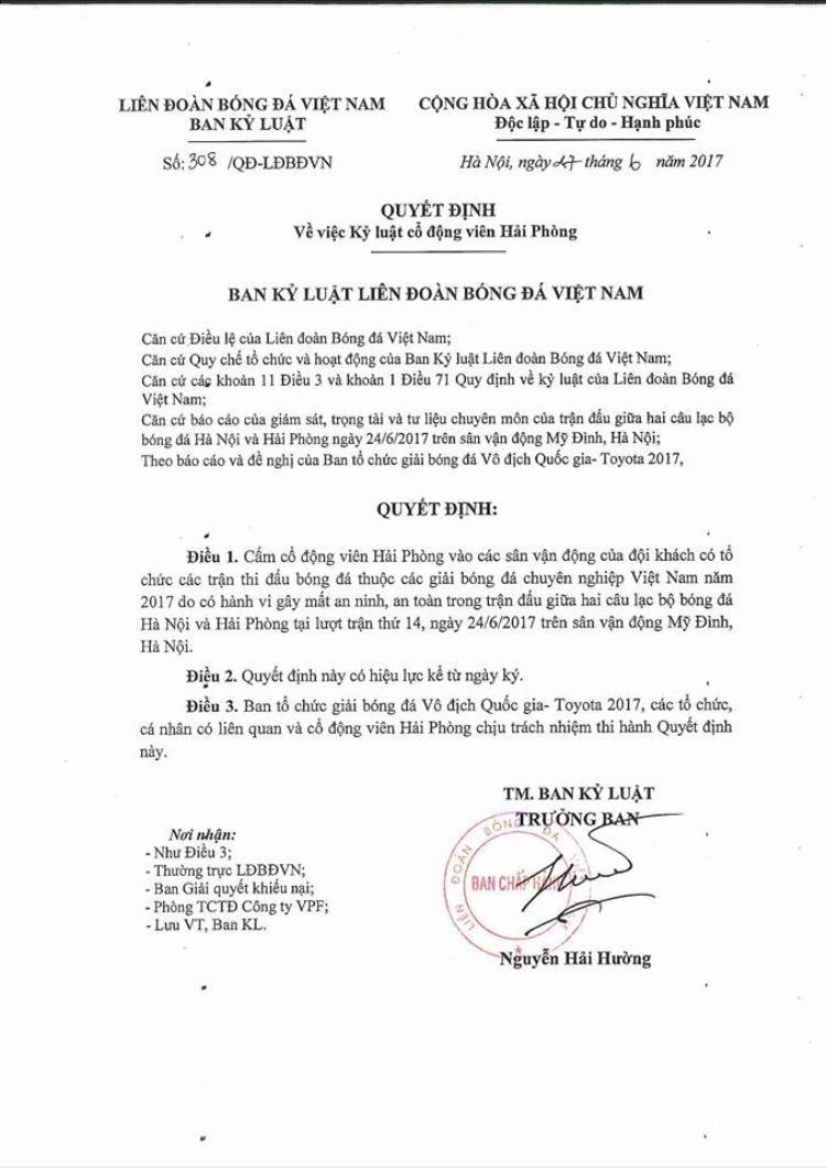 Ban kỷ luật từng cấm CĐV Hải Phòng đến sân vì đốt pháo sáng ở Hàng Đẫy.