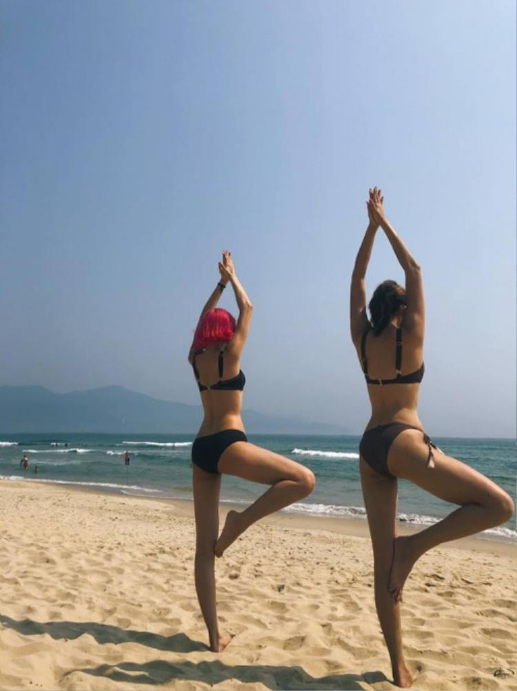 Ngoài ra, trên trang facebook, chân dài cũng đăng tải các hình ảnh tập yoga tại một bãi biển đầy nắng, khoe vòng 3 căng tròn.