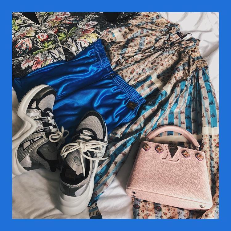 Mới đây trên trang cá nhân của Châu Bùi vừa đăng tải các hình ảnh về đôi sneakers đến từ nhà mốtLouis Vuitton. Bên cạnh đó là chiếc túi màu hồng nhạt cùng hiệu.