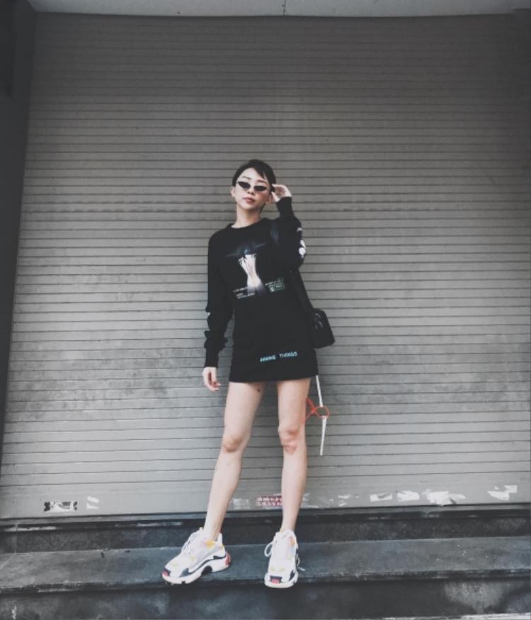 Tóc Tiên phối giày củaBalenciaga với cả set đồ đen.