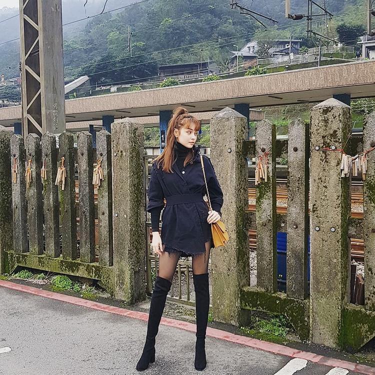 Mlee xuống phố với boots cổ cao quá gối cùng áo khoác rách gấu phối cùng áo thun cổ lọ. Chiếc túi vàng tuy hoàn thành trách nhiệm làm điểm nhấn của cả set đồ, tuy nhiên với thiết kế quá nữ tính, lại trở thành điểm lệch tông với cả outfit.
