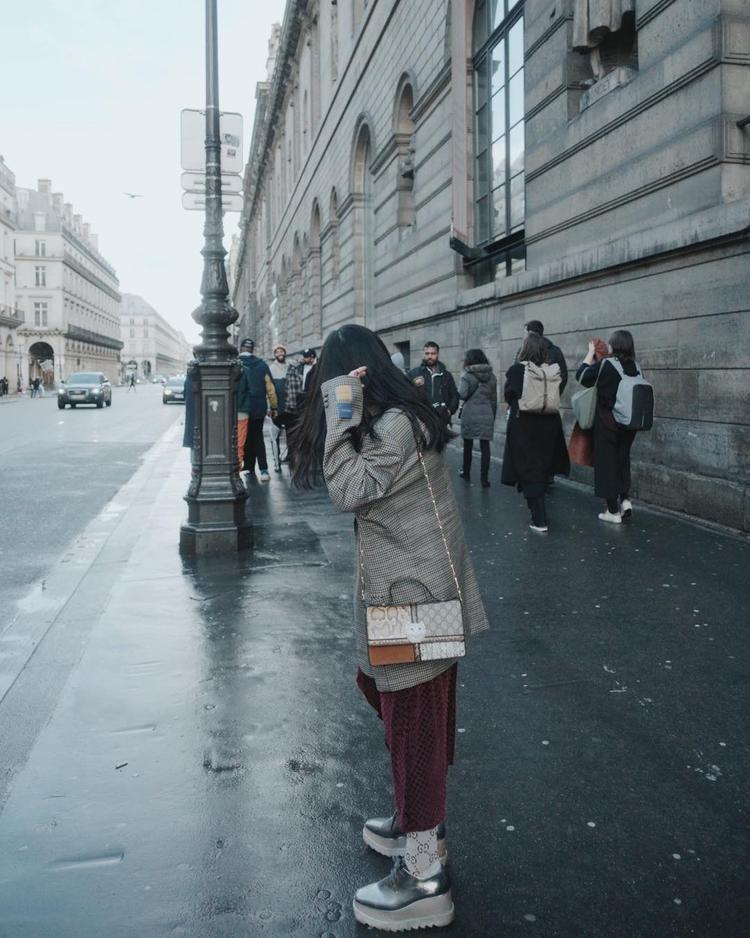 Đôi giày đế cao tỏ ra cực kỳ hữu dụng trong công cuộc giúp Châu Bùi tăng chiều cao. Cách phối vớ cùng túi xách của Gucci cũng góp phần tăng điểm thời thượng cho cô nàng fashionista nổi tiếng của showbiz Việt.