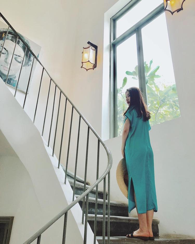 """Không phải váy ôm sát khoe đường cong hay các kiểu áo, quần năng động, Diễm My 9X trông đơn giản và nhẹ nhàng quá đỗi với đầm suông gam màu xanh pastel đi cùng mũ rộng vành. Nàng Helen trong """"Cô Ba Sài Gòn"""" cũng thay thế đôi cao gót sang chảnh bằng dép bệt nhằm tạo sự thoải mái."""