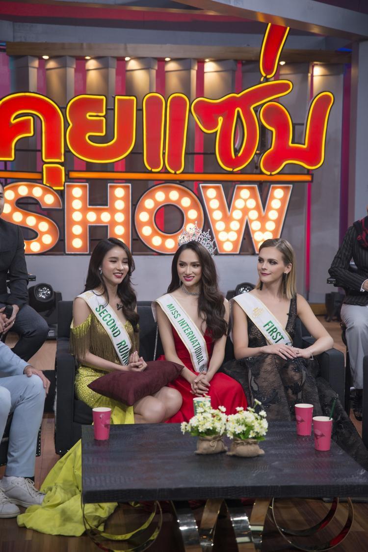 Hương Giang rạng rỡ bên hai á hậu trong buổi giao lưu với đài truyền hình Thái.