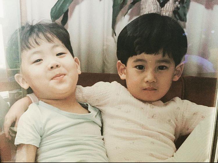 """Người hâm mộ nói rằng Ki Woong đẹp trai """"lấn át"""" cậu nhóc ngồi kế bên."""