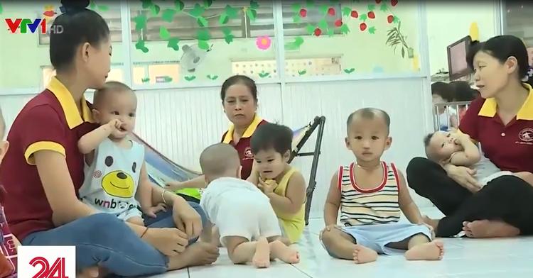 Những đứa trẻ được các cô giáo chăm sóc cẩn thận.