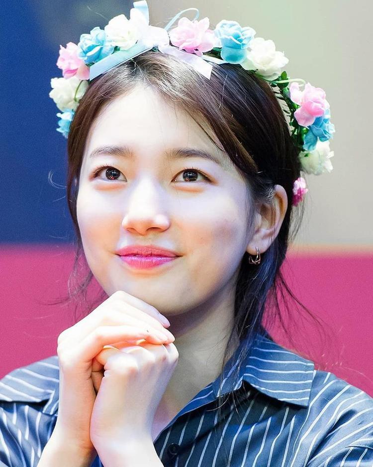 Suzy tự tin khoe nhan sắc xinh đẹp rạng ngời mà không cần nhờ đến các kĩ thuật trang điểm.