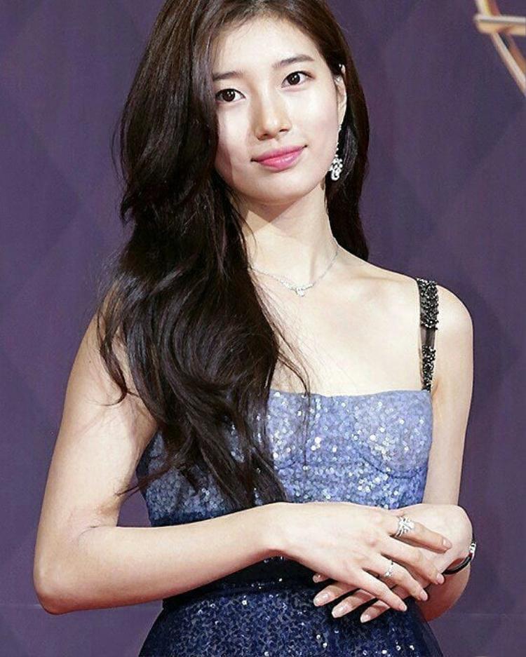 Ngay cả khi đi sự kiện thì Suzy vẫn trang điểm cực nhẹ nhàng, trung thành với đôi mắt 1 mí và màu son hồng đáng yêu.