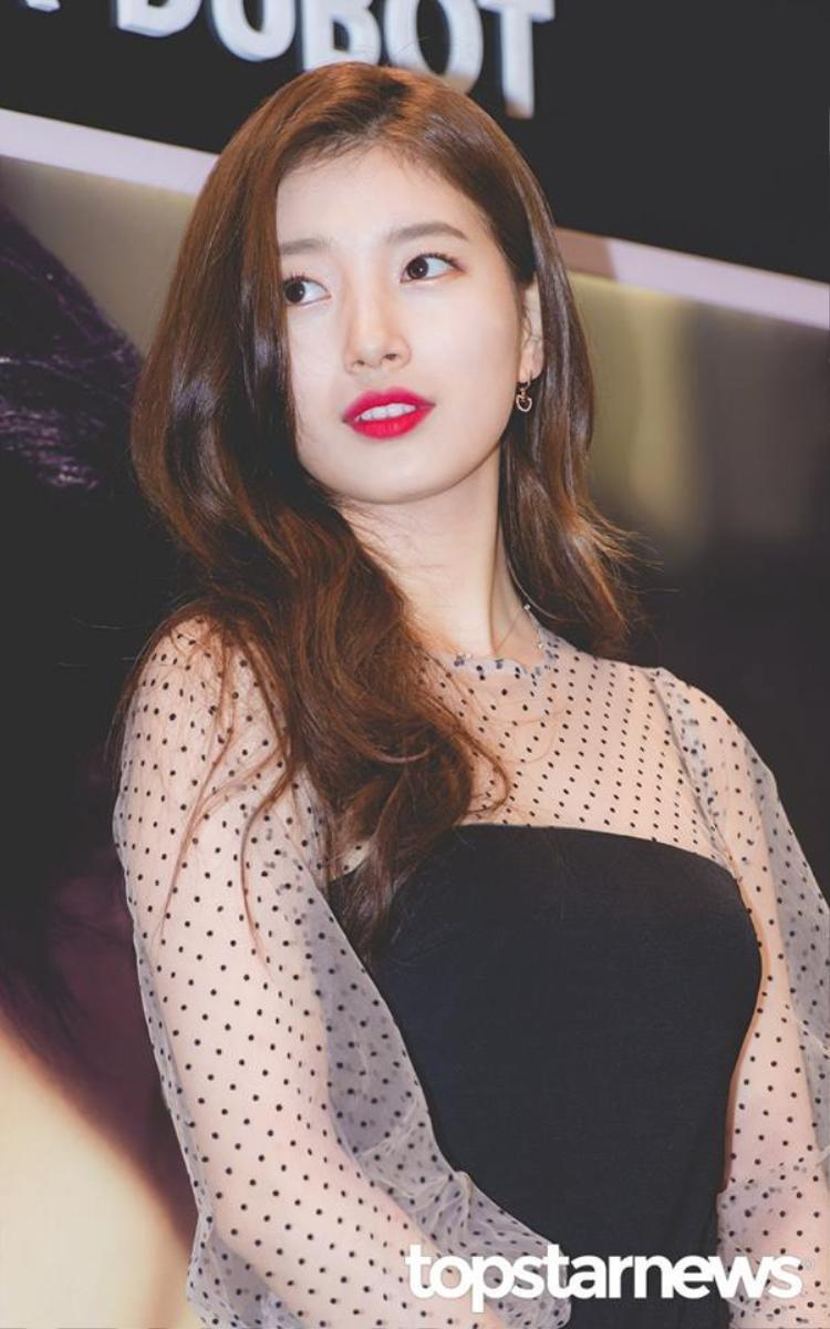 Đánh son môi hồng còn kiểu ombre như Suzy thế này đã là mốt từ lâu lắm, nhưng với Suzy thì cô vẫn cứ xinh đẹp như thường.
