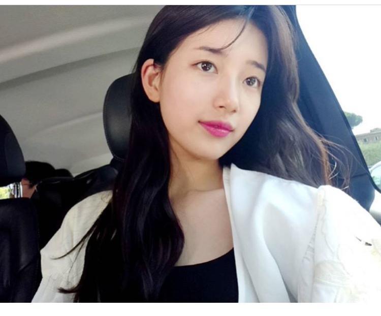 Đâu chỉ đi sự kiện, ngay cả khi selfie, Suzy cũng chỉ khoe mỗi màu son này mà thôi. Và với sự đơn giản hiếm có, mái tóc của cô nàng cũng luôn xoăn nhẹ nhàng và buông xõa.