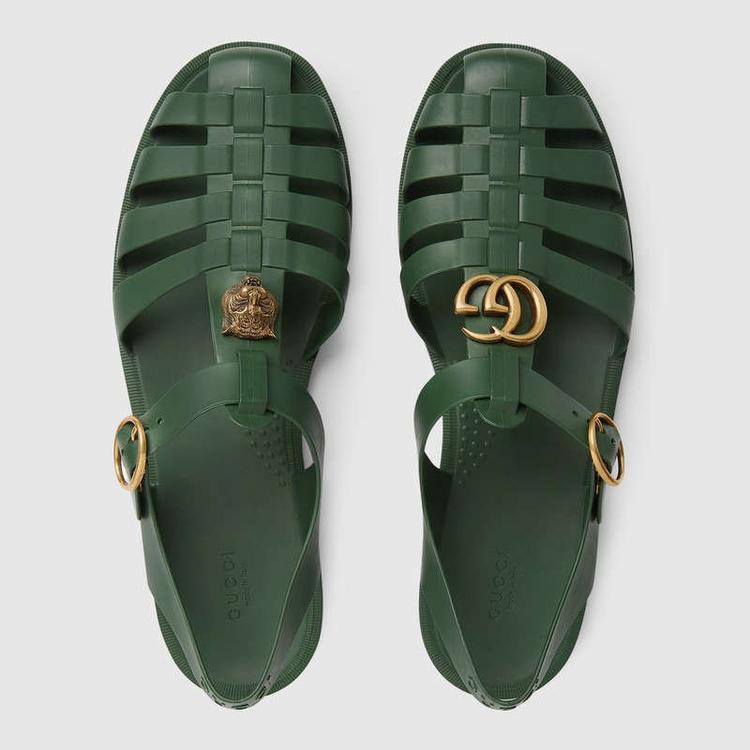 Sandal của nhà mốt Gucci cũng không có gì đặc biệt với hai phiên bản màu xanh rêu và đen.
