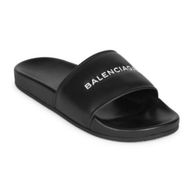 """Thậm chí có nhiều người cho rằng có thể tìm thấy """"hình bóng"""" của đôi dép này tại bất kì khu chợ ọp ẹp nào đấy. Chỉ có điều không có tên thương hiệu Balenciaga đóng trên dép mà thôi."""