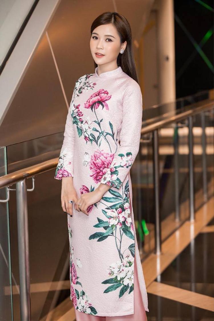 Nhờ nhan sắc lẫn phong cách ấn tượng, cựu hot girl Samđược nhiều tạp chí dành cho giới trẻ chọn làm người mẫu ảnh, đại sứ thương hiệu.