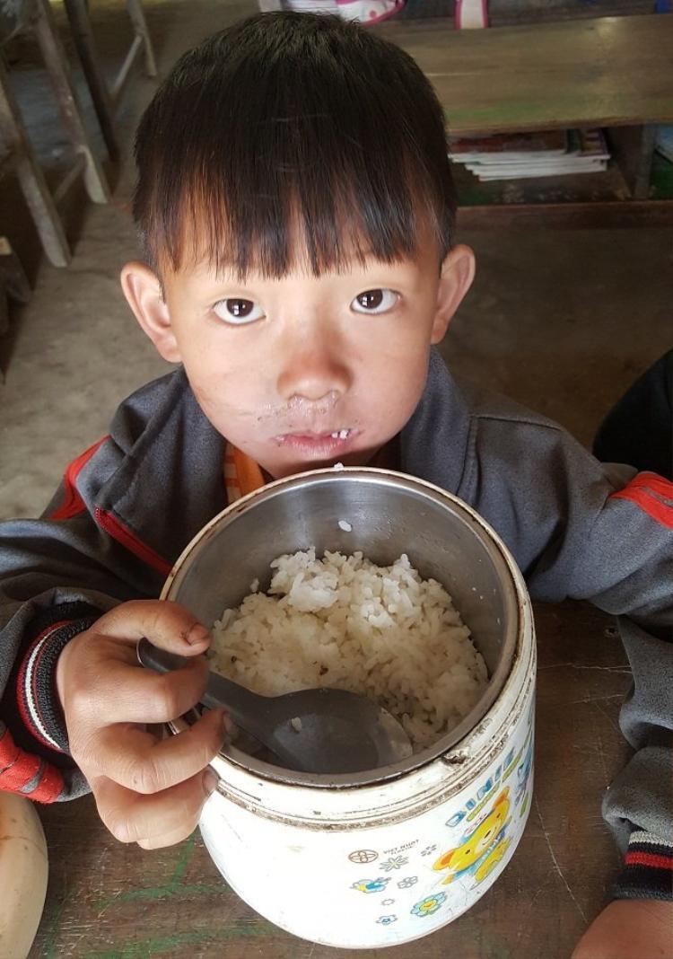 Bữa ăn không thể đạm bạc hơn của các em học sinh.Ảnh: Đời sống Việt Nam.