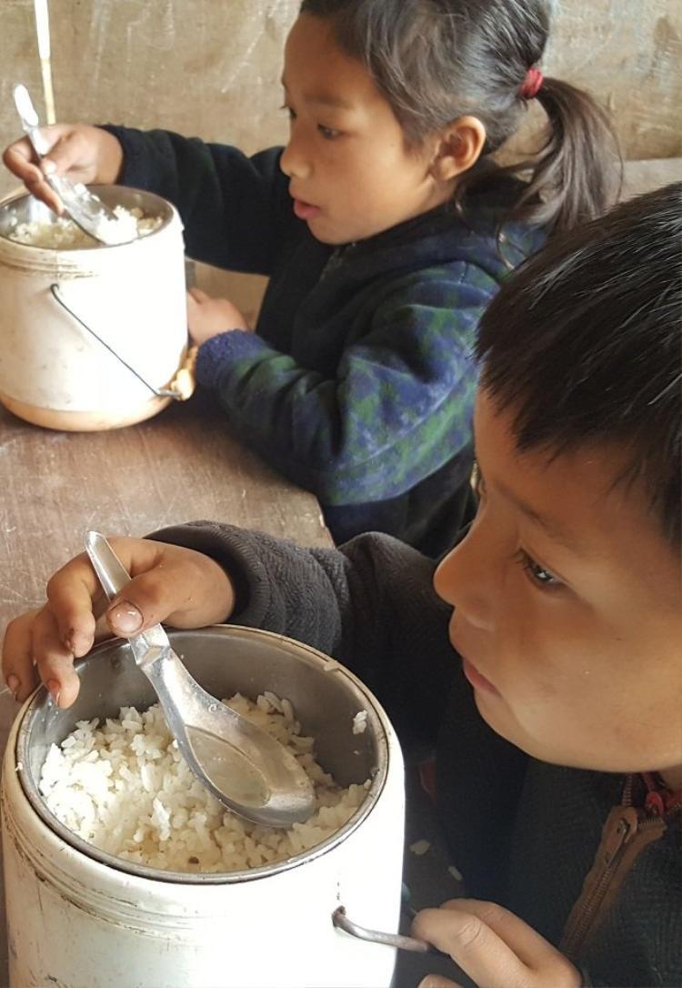 Ở đây, có cơm trắng ăn đã là may mắn lắm rồi. Ảnh: Đời sống Việt Nam.