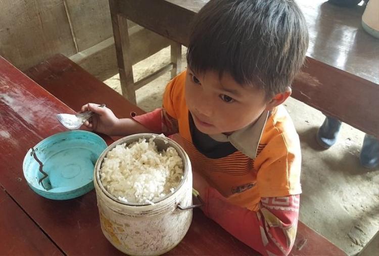 Mỗi đứa trẻ được bố mẹ hào phóng chuẩn bị âu cơm rõ to. Trước đây các em mang cơm bọc trogn túi nilon hoặc lá chuối nhưng nhờ có đoàn từ thiện về tặng cặp lòng mà có cái đựng cơm. Vậy nhưng theo thời gian, cặp lồng nào cũng đều bị sỉn màu úa bẩn.Ảnh: Đời sống Việt Nam.