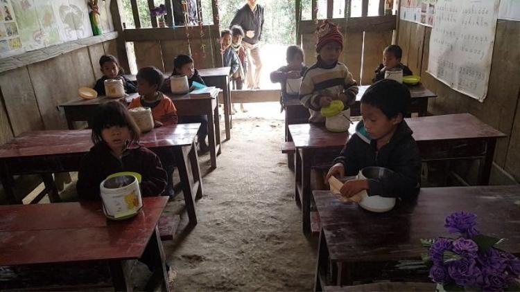 Học sinh ăn trưa ngay trong lớp.Ảnh: Đời sống Việt Nam.
