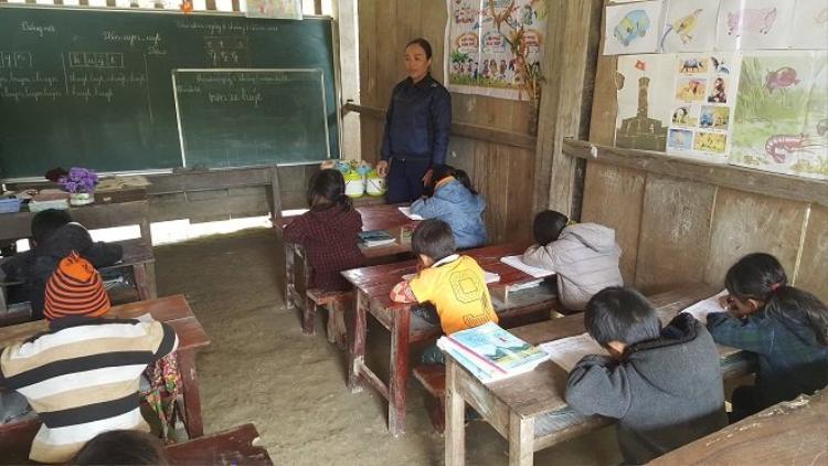 Ăn xong các em lại vào học ca chiều.Ảnh: Đời sống Việt Nam.