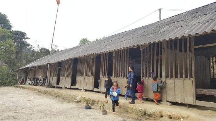 Lớp học đơn sơ nơi núi cao lạnh lẽo.Ảnh: Đời sống Việt Nam.