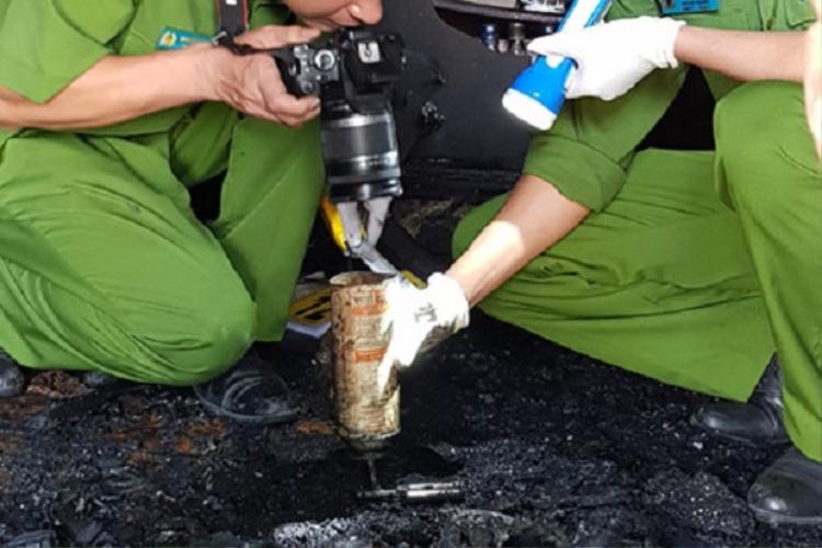 Bình ga mini và mẫu vật nghi của nghi can Quốc dùng để phóng hỏa được thu giữ tại hiện trường. Ảnh: Báo Vietnamnet