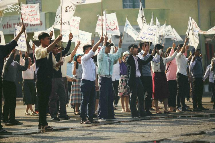 Phân đoạn biểu tình đòi trả tự do cho học sinh và tù chính trị là một trong những cao trào của bộ phim.
