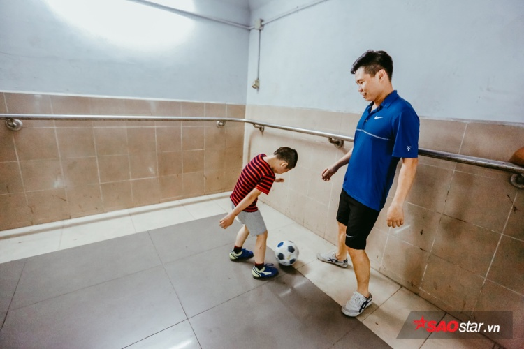 Góc không gian yên bình để trẻ nhỏ chơi bóng với bố mẹ.
