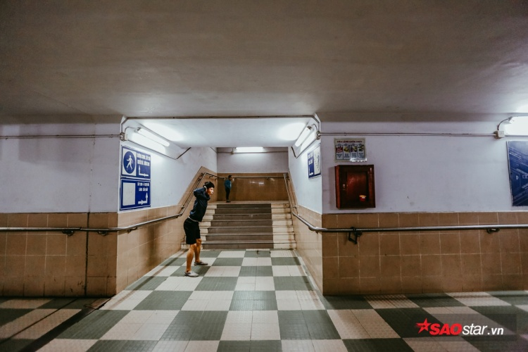 Bất kỳ góc nhỏ nào trong hầm đi bộ đều được người dân tận dụng làm nơi sinh hoạt văn hóa, thể dục thể thao.
