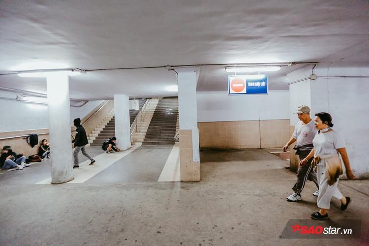 Qua 10 năm đưa vào sử dụng, hầm đi bộ Ngã Tư Sở không chỉ dành cho người đi bộ mà còn trở thành sân chơi, chốn hẹn hò…. tạo nên một không gian sống sôi động, rất đặc biệt mà không phải ai cũng để ý tới.