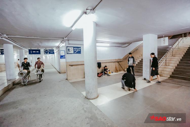 Nhóm bạn trẻ tập hip hop dưới lòng hầm.