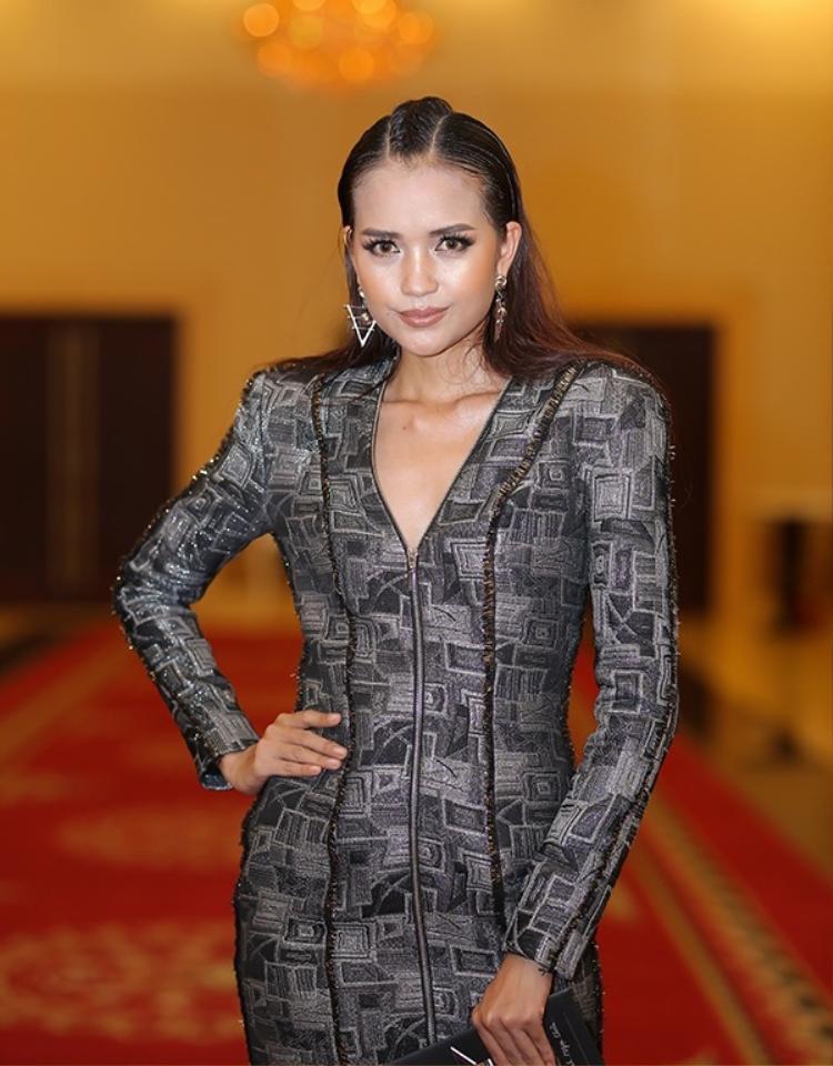 """Tuy nhiên cũng thiết kế này, quán quân Vietnam's Next Top Model Ngọc Châu lại để lộ thân hình thô. Chiếc cổ rụt, cộng với cách make up """"sai trái"""" trông cô thật kém sang."""