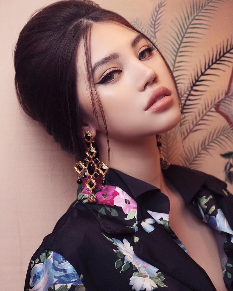 Đây là đôi môi tều làm nên tên tuổi của Jolie Nguyễn, cô chia sẻ đây là môi thật 100% và hoàn toàn không có sự can thiệp của dao kéo.