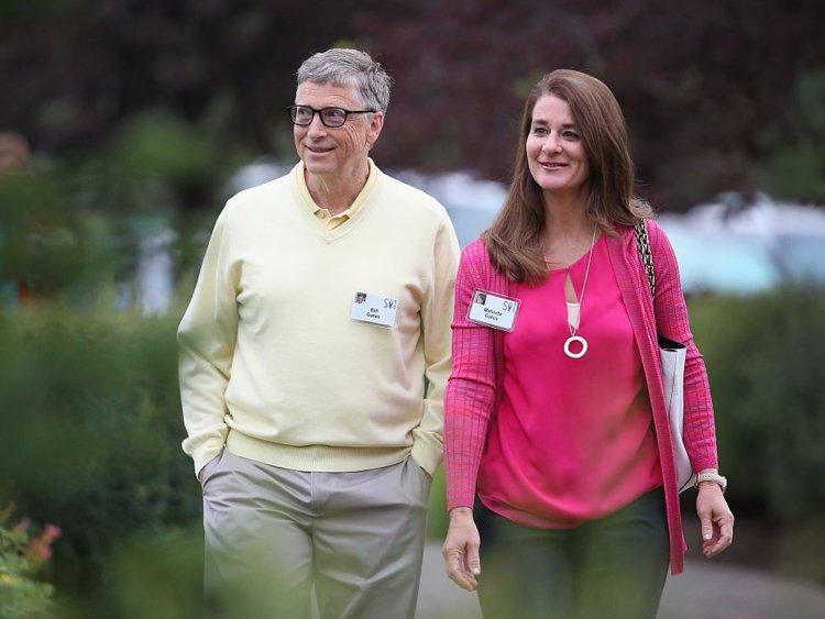 """Bill và Melinda cho con đọc nhiều thể loại sách ngay từ khi chính còn bé. Bill nói vợ ông chính là một động lực tuyệt vời gắn kết gia đình lại với nhau. """"Melinda rất sáng tạo và luôn giúp tôi tìm cơ hội dành thời gian cho tụi nhỏ. Thậm chí khoảng thời gian đưa chúng đến trường cũng là thời điểm tuyệt vời để trò chuyện""""."""